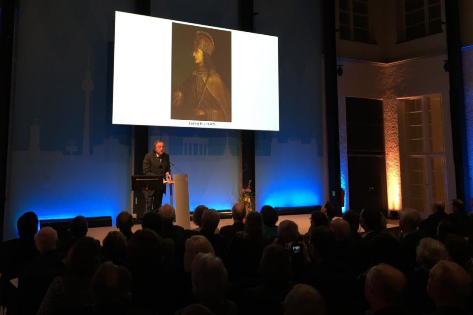Prof. Dr. Michael Menzel präsentiert den neuen MGH Constitutiones-Band. Photo: Nils Rudolph