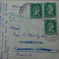 Ernst Kantorowicz: Bildpostkarte an Friedrich Baethgen, 10.09.1927; zeigt Kantorowicz im Garten mit Hund