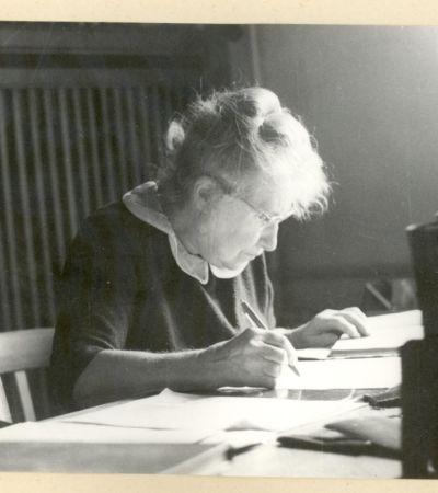 Margarete Kühn (1894–1986) am Schreibtisch. Foto: Berlin-Brandenburgische Akademie der Wissenschaften