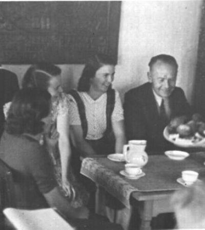 Friedel Peeck (1921–2014) und Irene Ott in Pommersfelden (v.l.n.r.): Heinz Löwe, Hildegard Mesters, Irene Ott, Friedel Peeck, Gottfried Opitz. Foto: MGH