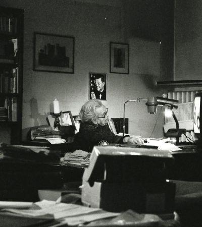 Annelies Grundmann (1907–2009), geb. Scherrmann, 2006 in ihrem Arbeitszimmer. Foto: Tim Sedgwick
